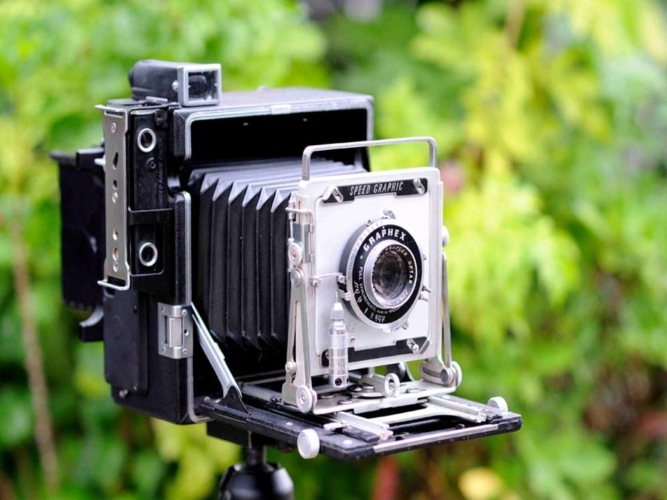 2. กล้องพับ (Folding Camera) เป็นกล้องที่มีห้องมืดชนิดพับระหว่างตัวกล้อง กับเลนส์ สามารถพับ เก็บ หรือยืดออกมาได้ กล้องชนิดนี้ยังเพิ่มขนาดของรูรับแสง แ