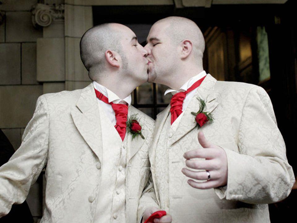 14 กุมภาพันธ์ 2555 บรรยากาศการจดทะเบียนสมรสในเขตบางรัก คึกคักมีคู่รักมาเข้าแถวจดทะเบียนสมรสกันอย่าง ต่อเนื่อง โดยคู่รักที่มาจดทะเบียนสมรสมีหลาย รูปแบบ อาทิ คู่รักสูงอายุที่รักกันมายาวนาน คู่รักวัยรุ่น คู่รักที่จูงลูกน้อยมาร่วมเป็นพยานรัก นอกจากนี้ยังพบคู่รักเพศที่สามมาจดทะเบียน สมรส โดยฝ่ายหญิงที่มีใจเป็นผู้ชาย คือ น.