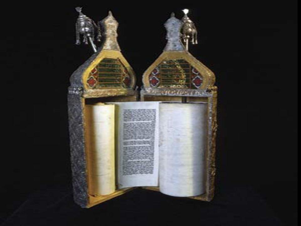 การเขียน บันทึก / คัดลอกคัมภีร์ โตราห์มักนิยม เขียนด้วย ลายมือ แล้ว เก็บเป็นม้วน