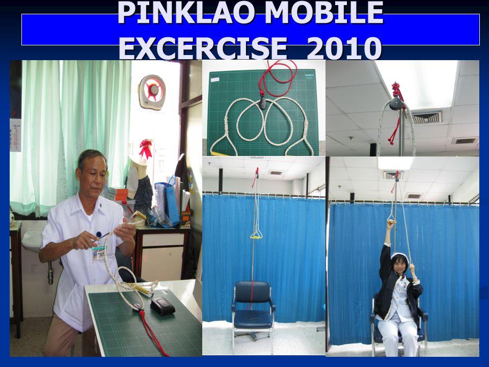 วิธีใช้งาน วิธีใช้งาน นำ PINKLAO MOBILE EXCERCISE 2010 ที่มีเชือกร่มที่ผูก ติดกับรอก ผูกยึดติดกับ ราวหรือต้นไม้โดยให้ ความสูงประมาณ 2.50 เมตร นำ PINKLAO MOBILE EXCERCISE 2010 ที่มีเชือกร่มที่ผูก ติดกับรอก ผูกยึดติดกับ ราวหรือต้นไม้โดยให้ ความสูงประมาณ 2.50 เมตร ให้ผู้ป่วยนั่งหรือยืนใช้ มือจับห่วงที่มีห่อ PVC ทั้งสองข้าง ( ถ้าผู้ป่วยไม่ สามารถจับหรือกำมือได้ สามารถใช้ผ้ายืดพันได้ ) ให้ผู้ป่วยนั่งหรือยืนใช้ มือจับห่วงที่มีห่อ PVC ทั้งสองข้าง ( ถ้าผู้ป่วยไม่ สามารถจับหรือกำมือได้ สามารถใช้ผ้ายืดพันได้ ) ให้ผู้ป่วยดึงแขนขึ้นลง อย่างช้าๆ วันละ ประมาณ 20-30 ครั้ง หรือมากกว่านั้นตามที่ ผู้ป่วยสามารถทำได้ ให้ผู้ป่วยดึงแขนขึ้นลง อย่างช้าๆ วันละ ประมาณ 20-30 ครั้ง หรือมากกว่านั้นตามที่ ผู้ป่วยสามารถทำได้ PINKLAO MOBILE EXCERCISE 2010