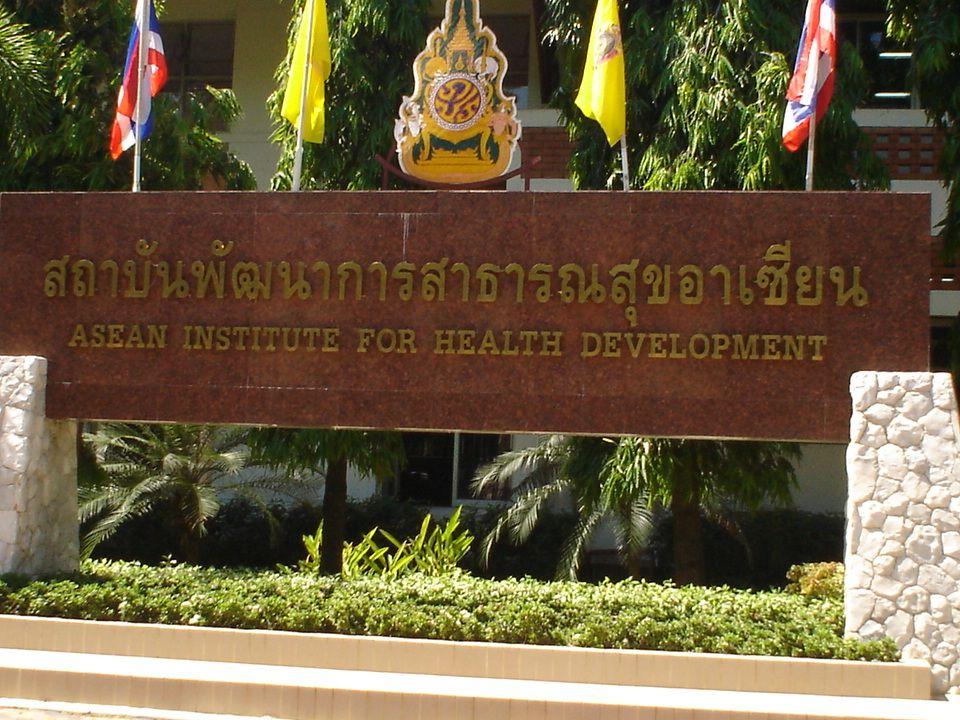 ทำความรู้จักกับ ASEAN HOUSE เป็นอาคารหอพัก 3 ชั้น มีทั้งหมด 51 ห้องพัก และ มีห้องรับรอง สำหรับผู้ตรวจเวรยาม เป็นอาคารหอพัก 3 ชั้น มีทั้งหมด 51 ห้องพัก และ มีห้องรับรอง สำหรับผู้ตรวจเวรยาม ตั้งอยู่ในพื้นที่ สถาบันพัฒนาการ สาธารณสุขอาเซียน มหาวิทยาลัยมหิดล ถนนพุทธ มณฑลสาย 4 ตำบลศาลายา อำเภอพุทธมณฑล จังหวัดนครปฐม ตั้งอยู่ในพื้นที่ สถาบันพัฒนาการ สาธารณสุขอาเซียน มหาวิทยาลัยมหิดล ถนนพุทธ มณฑลสาย 4 ตำบลศาลายา อำเภอพุทธมณฑล จังหวัดนครปฐม การเดินทาง มีรถโดยสารที่ผ่านหน้า มหาวิทยาลัยมหิดล สาย 84 ก สาย 124, 125, 51 การเดินทาง มีรถโดยสารที่ผ่านหน้า มหาวิทยาลัยมหิดล สาย 84 ก สาย 124, 125, 51