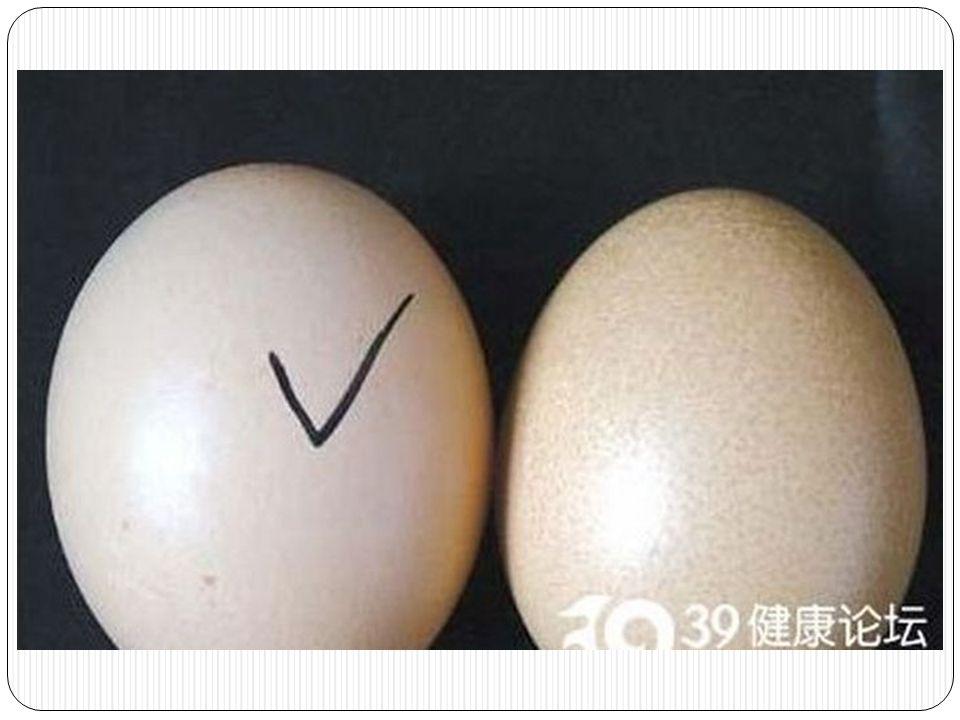 เปลือกไข่ทำมาจาก paraffin wax ผสมกับน้ำ ขาวๆที่ยังไม่ สามารถระบุได้ราดบนไข่ปลอม รอ จนแห้งมันจะแข็งเหมือนเปลือกไข่ ไข่ปลอมนี่สามารถเอามาปรุง อาหารได้ รสชาติเหมือนไข่จริงๆ ด้วย แต่มันไม่มีสารอาหารครับ แล้วก็ถ้ากิน alum มากๆจะทำให้ เป็นโรคจิตเสื่อม