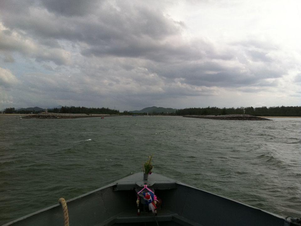 ข้อควร ระมัดระวัง ขณะคลื่นลมแรง เรือประมงจะเข้าหลบคลื่นในบริเวณปากน้ำ เรือประมงเล็ก