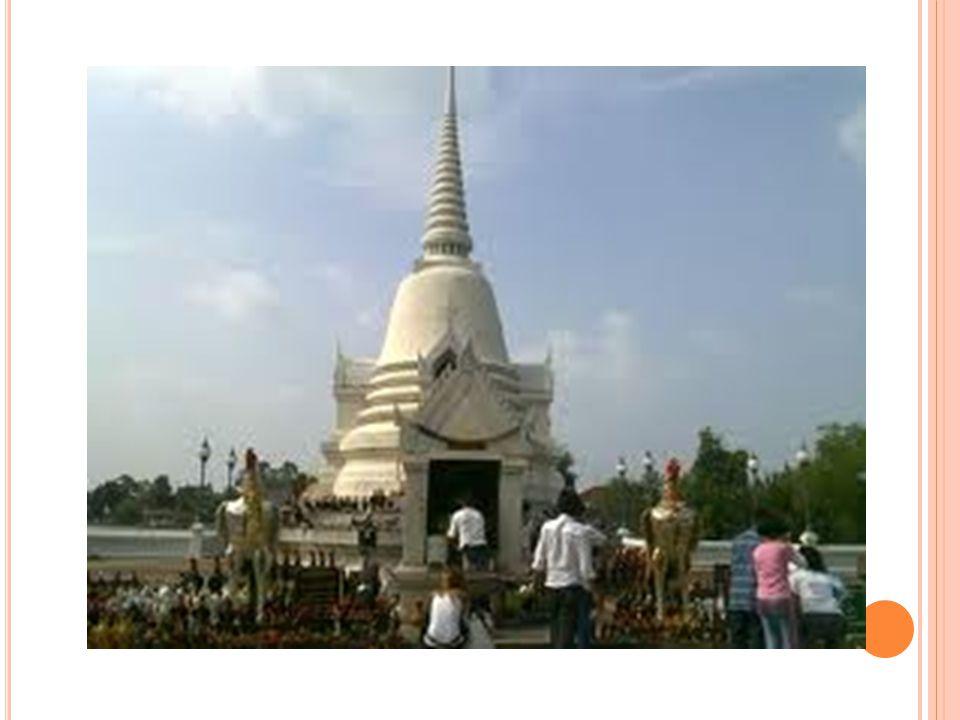 ประวัติจังหวัดฉะเชิงเทรา จังหวัด ฉะเชิงเทราหรือที่นิยมเรียกกันว่า แปดริ้ว เคย เป็นเมืองหนึ่งที่อยู่ในอำนาจการปกครองของขอมมาก่อน ในสมัยอิทธิพลของ อาณาจักรลพบุรี ( ขอม ) เมือง ฉะเชิงเทราตั้งอยู่สองฝั่งแม่น้ำบางปะกง เป็นไปได้ว่า ชาวเมืองสมัยโบราณอาจจะเรียกชื่อแม่น้ำบางปะกงว่า คลองลึกหรือคลองใหญ่ ตามลักษณะที่มองเห็นแต่ด้วย อิทธิพลเขมรจึงได้เรียกชื่อแม่น้ำ เป็นภาษาเขมรว่า สตึง เตรง หรือ ฉทรึงเทรา ซึ่งแปลว่า คลองลึก นั่นเอง ครั้น เรียกกันไปนาน ๆ เสียงเลยเพี้ยนกลายเป็น ฉะเชิงเทรา แต่ก็มีความเห็นอื่นที่แตกต่างออกไปว่าชื่อ ฉะเชิงเทรา น่าจะเพี้ยนมาจาก แสงเชรา หรือ แซงเซา หรือ แสง เซา อันเป็นชื่อเมืองที่สมเด็จพระบรมราชาธิราช เสด็จไป ตีได้ตามที่พระราชพงศาวดารฉบับหลวงประเสริฐกล่าว ไว้ มากกว่า