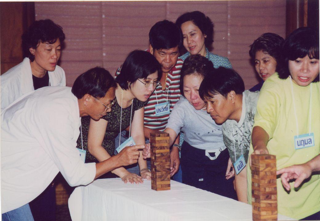 ฐานที่ 1 คล้องใจ ห่วงใยพลังงาน เกมโยนห่วงลงขวด สร้างความสนุกสนาน น่าสนใจ สมาชิกผู้เล่น มีความตระหนักรู้ ในการใช้พลังงาน อย่างประหยัด